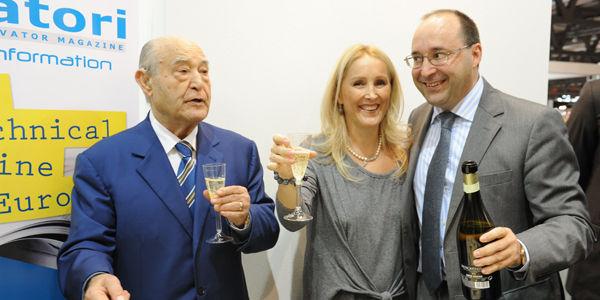 Eng. Giuseppe Volpe brinda com seus filhos Maria e Matteo 40 anos da revista Elevatori
