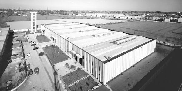Vista de cima da primeira fábrica em Vignate, com a torre de testes
